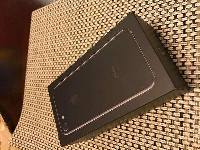 Vendo iPhone 7 NUEVO. Color: Jet Black. Capacidad: 128GB. Horas de Uso: 0 Horas.